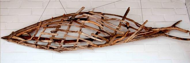 Escultura de pez hecha a partir de maderas de playa