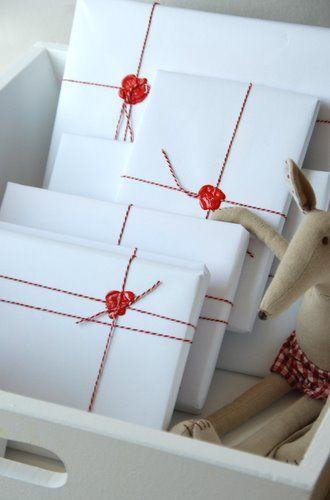 ideas como envolver regalos navidad sencillo blanco rojo lacre estampa envoltorio