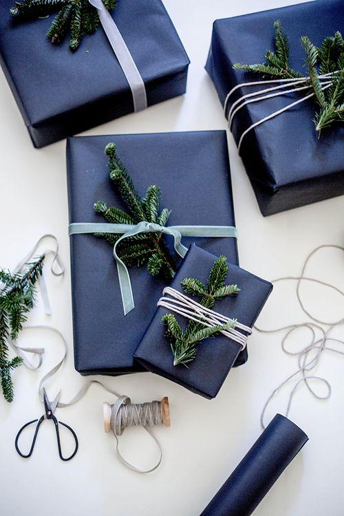 ideas como envolver regalos negro papel ramitas pino abeto navidad